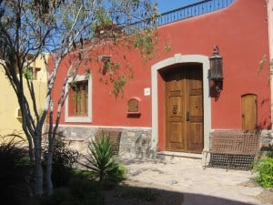 A courtyard and home in Loreto Ba
