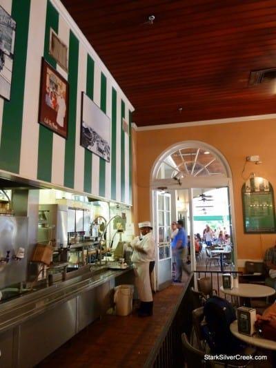 Cafe-du-Monde-New-Orleans-12