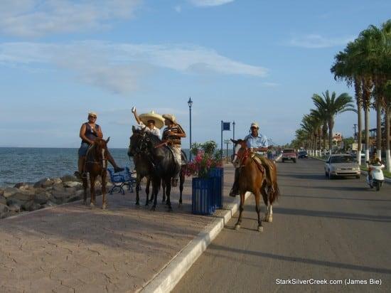 Caballeros a caballo by James Bie